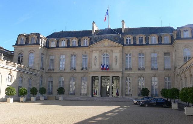640px-Paris_-_palais_de_l'Élysée_-_cour_05